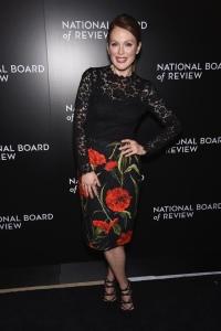julianne-moore-dolce-gabbana-lace-carnation-dress