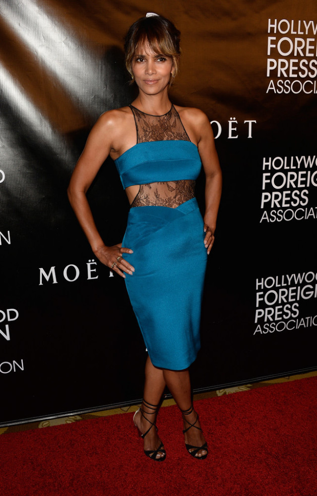 90-Halle-Berrys-Hollywood-Foreign-Press-Associations-Annual-Grants-Banquet-Noam-Hanoch-Teal-Lace-Inset-Sheath-Dress-639x1000-1