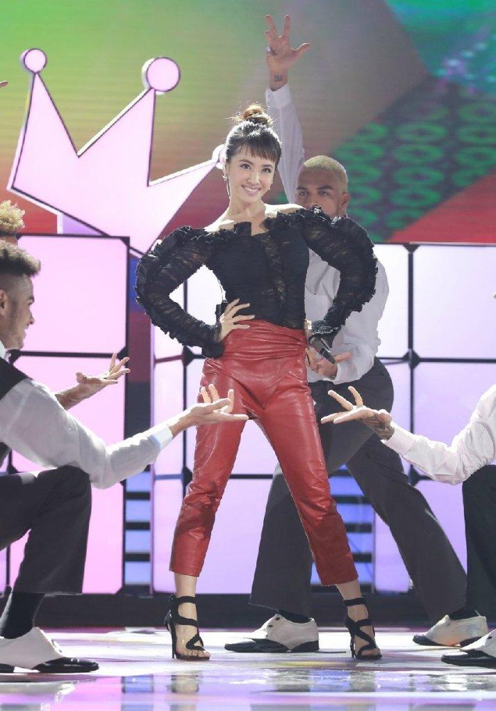 Jolin Tsai in Roberto Cavalli Spring 2016-1