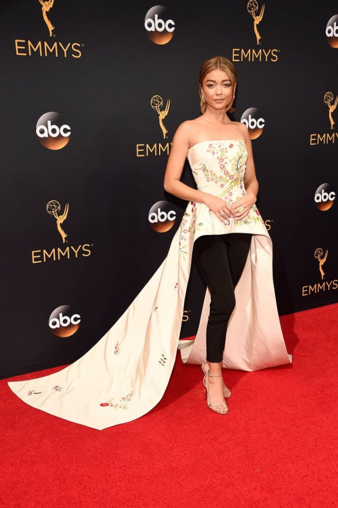 sarah-hyland-in-monique-lhuillier-resort-2017-1