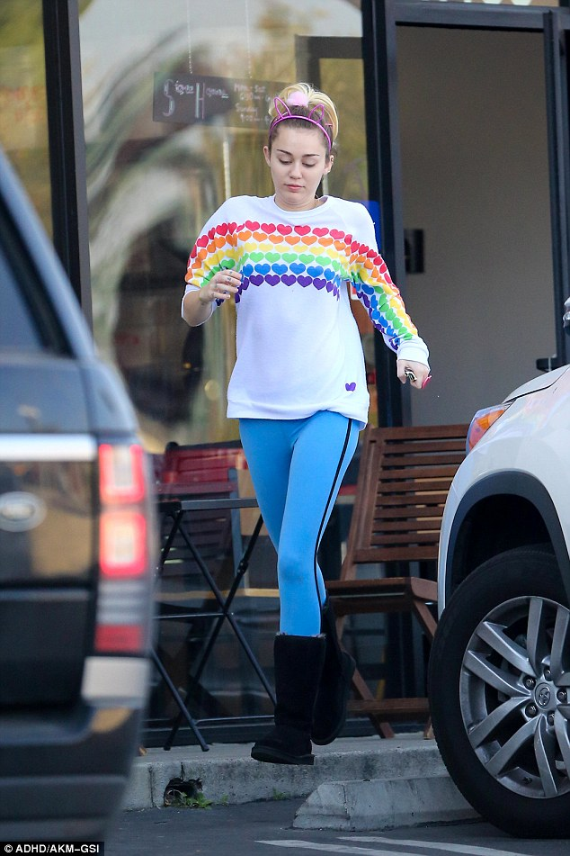 miley-cyrus-in-lauren-moshi-love-rainbow-heart-boyfriend-sweatshirt