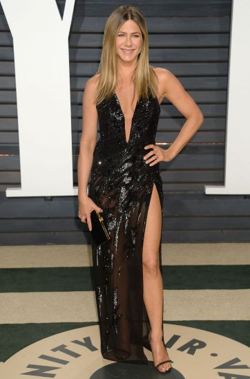 jennifer-aniston-in-atelier-versace-fall-2016-couture-2