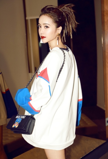 jolin-tasi-in-moschino-2