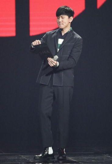 JJ Lin in Fendi Fall 2017 Menswear-1
