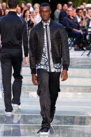 Versace Spring 2018 Menswear Look 16