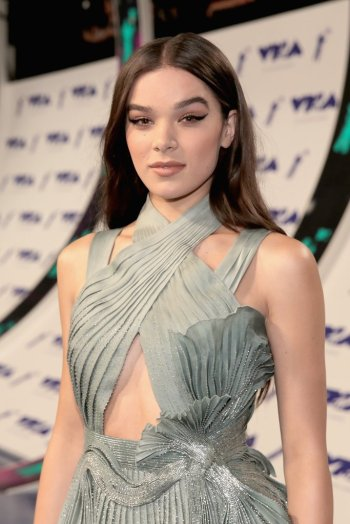 Hailee Steinfeld in Atelier Versace Spring 2017 Couture-2
