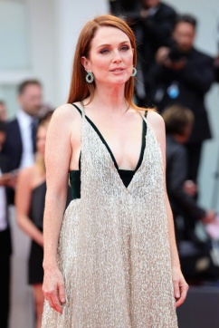 Julianne Moore in Valentino Fall 2017 Couture-5