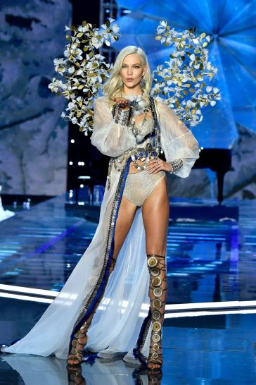 2017 Victoria's Secret Fashion Show-A Winter's Tale-10