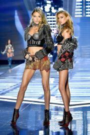 2017 Victoria's Secret Fashion Show-Punk Angel-08