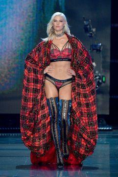 2017 Victoria's Secret Fashion Show-Punk Angel-16