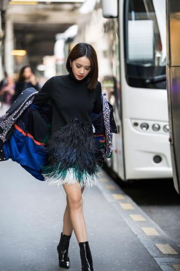 Jolin Tsai in No. 21 Pre-Fall 2017 & Sacai Fall 2017-1