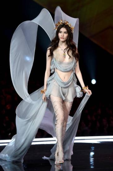 Sui He for 2017 Victoria's Secret Fashion Show-4