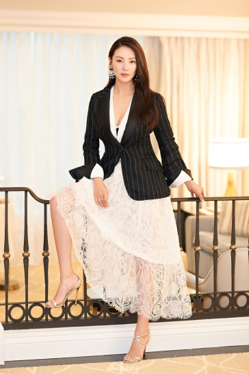 Zhang Yu Qi in Ermanno Scervino Spring 2018-1