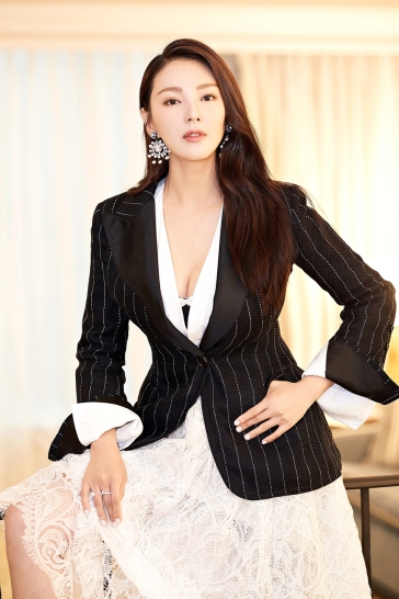 Zhang Yu Qi in Ermanno Scervino Spring 2018-2