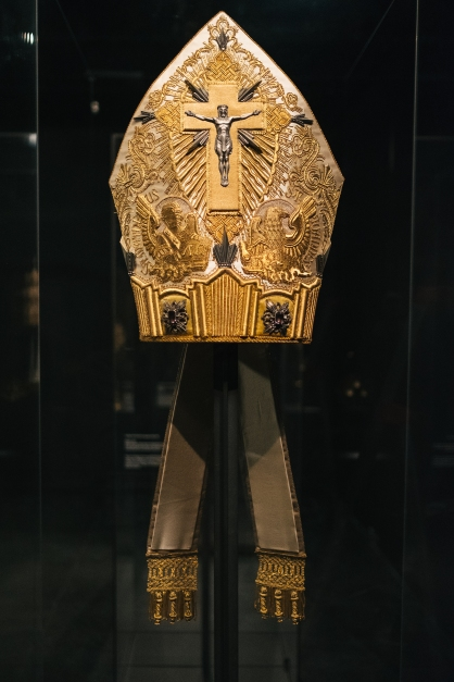 Heavenly Bodies-Fashion and the Catholic Imagination-14
