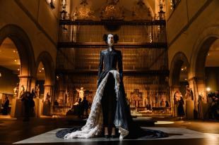 Heavenly Bodies-Fashion and the Catholic Imagination-15