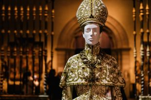 Heavenly Bodies-Fashion and the Catholic Imagination-16