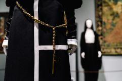 Heavenly Bodies-Fashion and the Catholic Imagination-19