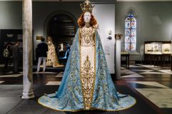 Heavenly Bodies-Fashion and the Catholic Imagination-23