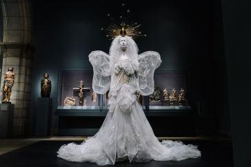 Heavenly Bodies-Fashion and the Catholic Imagination-28