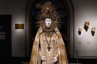 Heavenly Bodies-Fashion and the Catholic Imagination-3