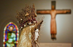 Heavenly Bodies-Fashion and the Catholic Imagination-34