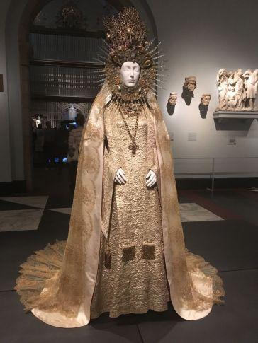 Heavenly Bodies-Fashion and the Catholic Imagination-5