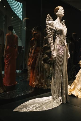 Heavenly Bodies-Fashion and the Catholic Imagination-9