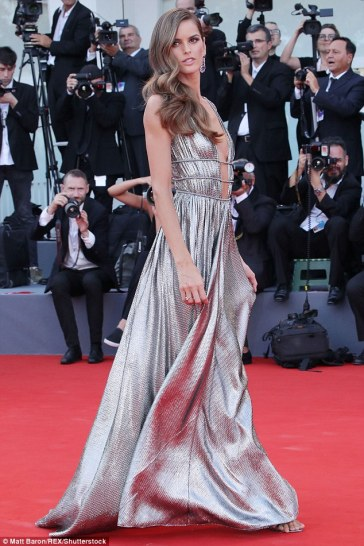 Izabel Goulart in Alberta Ferretti Fall 2018-2