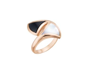 BVLGARI Divas' Dream系列玫瑰金珍珠母貝與黑縞瑪瑙耳環戒指,約TWD 80,300元(353774)