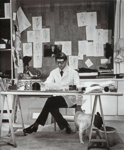 聖羅蘭大師當年在工作室的工作照