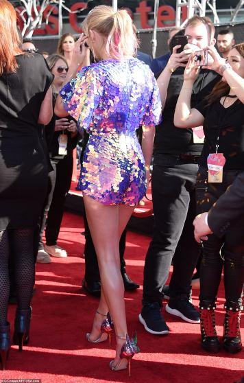 Taylor Swift in Rosa Bloom-4