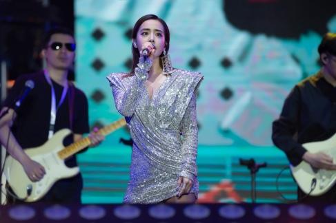 Jolin Tsai in Raisa&Vanessa Fall 2019-10