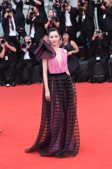 Elaine Zhong in Armani Privé Fall 2018 Couture-2