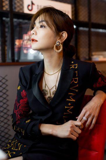Ella Chen in Moschino Pre-Fall 2019-3