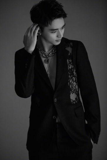 Xu Wei Zhou in Alexander McQueen Spring 2020 Menswear-3