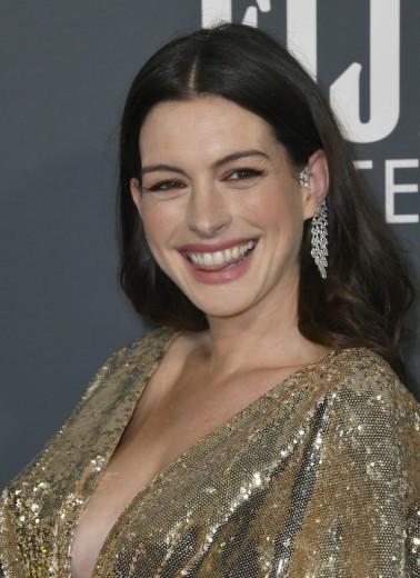 Anne Hathaway in Atelier Versace-5