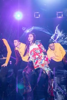 Jolin Tsai in Moschino Resort 2020-1