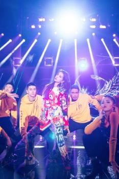 Jolin Tsai in Moschino Resort 2020-4